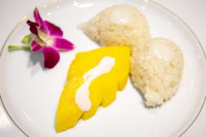 1年じゅう同じクオリティでマンゴーとモチ米のココナッツミルクかけのデザートを作ることができます。